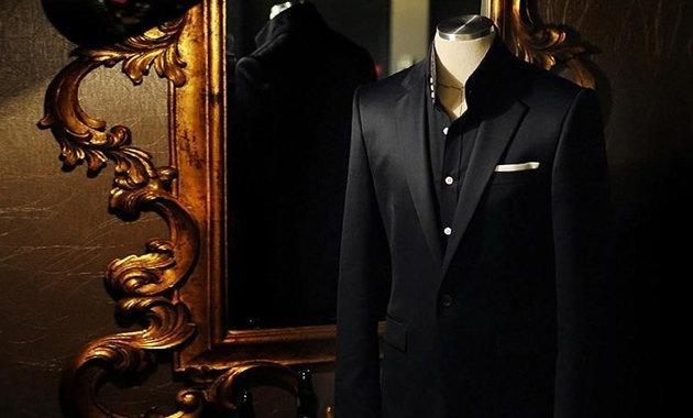 高级西服定制历史悠久,起源于十七世纪的欧洲,量身定制西服逐渐成了高贵和昂贵的代名词。从老牌的英国绅士、意大利的个性先生、各国的政要和风云人物、影视歌明星、体坛名人,他们的每一次出场与亮相都必不可少的身着定制服装:得体、修身、独特、个性、闪亮、是身份的体现和尊贵的享受!